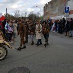Przejście paracy z parkingu przy Urzędzie miasta, przedstawiciele historycznych oddziałó wojskowych