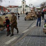 Przemarsz i przejazd przestawicieli historycznych jednostek wojskowych na tle Urzędu stanu cywilnego w Piasecznie