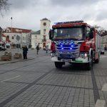 Przejazd na tle Urzędu stanu cywilnego pojazdu Straży pożarnej z Jazgarzewa