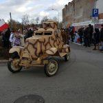 Wyjazd historycznego pojazdu wojskowego z parkingu przy UM