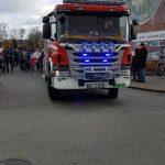 Wyjazd pojazdu straży pożarnej z parkingu przy UM