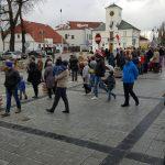 Mieszkańcy Piaseczna obserwujący paradę na tle USC