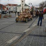 Przejazd przestawicieli historycznych jednostek wojskowych na tle Urzędu stanu cywilnego w Piasecznie